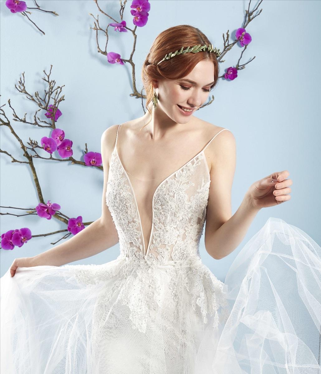 c67a31c335ad Non solo bianco e tradizione  colori e pantaloni anche per la regina ...